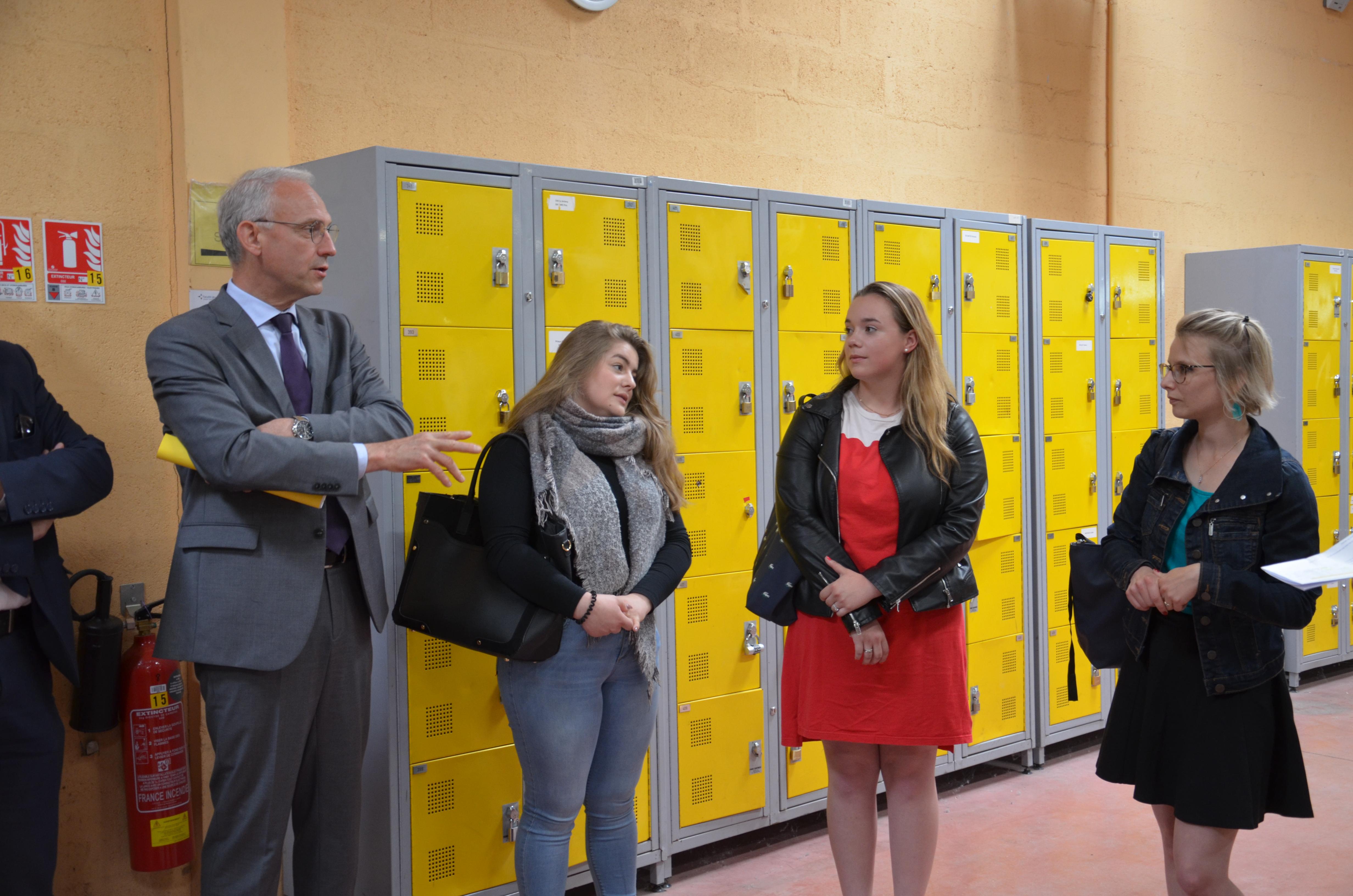 Le préfet de l'Essonne rencontre des apprenties du site de Bondoufle