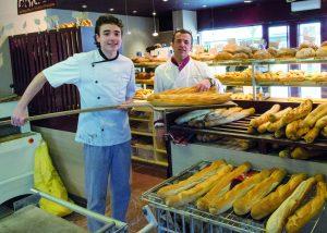 apprenti et maitre d'apprentissage dans la boulangerie